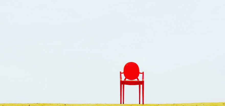 https://www.pexels.com/de-de/foto/roter-sessel-auf-brauner-oberflache-910625/